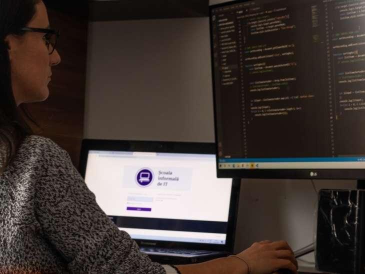 """Cum înveți programare de la zero? Povestesc doi cursanți de la Școala informală de IT: """"Mentorii au dat mai mult de 100%"""""""